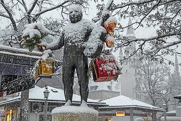 Roider-Jackl-Brunnen im Schnee  Viktualienmarkt  Muenchen  25. Januar 2021