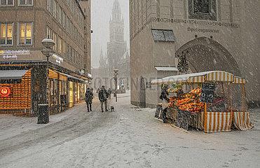 Marienplatz nachmittags  Schneefall  Muenchen  25.01.2021