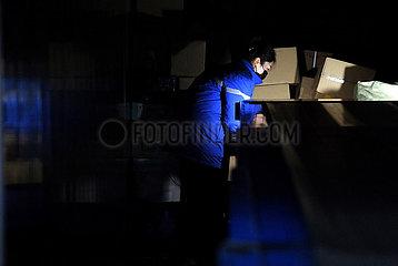CHINA-HENAN-ZHENGZHOU-Arbeitnehmer NACHTS (CN)