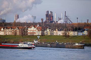 Ruhrgebietslandschaft am Rhein mit ThyssenKrupp Steel  Duisburg  Nordrhein-Westfalen  Deutschland