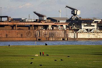Ruhrgebietslandschaft am Hafen Duisburg  Nordrhein-Westfalen  Deutschland
