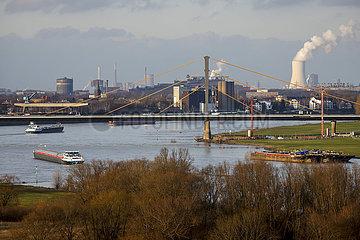 Ruhrgebietslandschaft am Rhein  Duisburg  Nordrhein-Westfalen  Deutschland