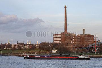 Ruhrgebietslandschaft am Rhein mit ThyssenKrupp E-Werk Kraftwerk Hermann Wenzel  Duisburg  Nordrhein-Westfalen  Deutschland