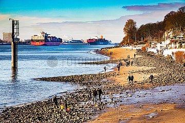 Containerschiff Guaquil Express auf der Elbe