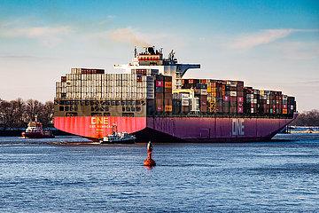 Containerschiff One Humber auf der Elbe