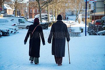 Rentner beim Spaziergang im Schnee