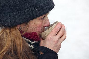Helsinki  Finnland  Frau trinkt im Winter aus einer Tasse