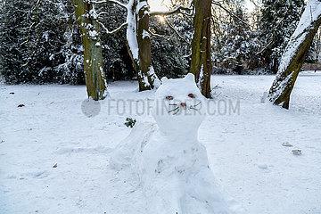 Deutschland  Bremen - Katze aus Schnee im Buergerpark  der traditionell von Spendengeldern finanziert wird