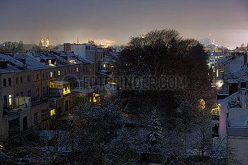 Deutschland  Bremen - verschneites Altbauviertel in der Nacht  Blick Richtung Zentrum