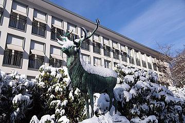 Deutschland  Bremen - Verschneite Bronzeskulptur eines Hirsches und Rhododendronbuesche vor dem Parkhotel  der ersten Adresse der Stadt