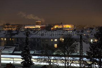 Deutschland  Bremen - verschneites Altbauviertel in der Nacht  Blick Richtung Bahngleise