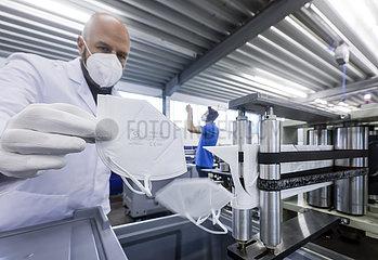 FFP2-Masken Produktion bei Sentias  Wuppertal  Nordrhein-Westfalen  Deutschland