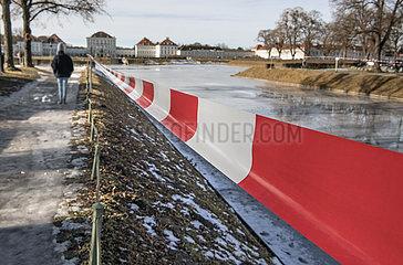 Schloss Nymphenburg  Kanal gesperrt  Muenchen  Januar 2021