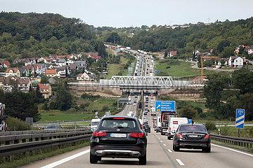 Pforzheim  Deutschland  Autos auf der A8 in Richtung Westen an der Abfahrt Pforzheim-Zentrum