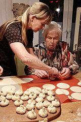 Berlin  Deutschland  Frau bereitet mit ihrer Mutter Chinkali zu
