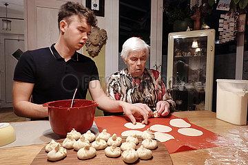 Berlin  Deutschland  Enkel bereitet mit seiner Oma Chinkali zu