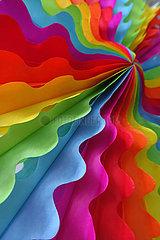 Berlin  Deutschland  Papierfaecher in Regenbogenfarben