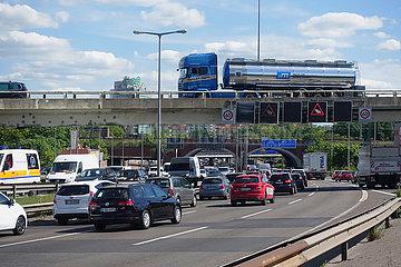 Berlin  Deutschland  Autos auf der A100 in Richtung Sueden an der Abfahrt Kurfuerstendamm