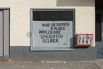 Berlin  Deutschland - Zitat von Bertolt Brecht in der Scheibe eines Geschaeftes