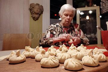 Berlin  Deutschland  Frau bereitet Chinkali zu