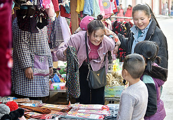 (FOCUS) CHINA-SICHUAN-Liangshan-SPRING FESTIVAL TRAVEL mother (CN)