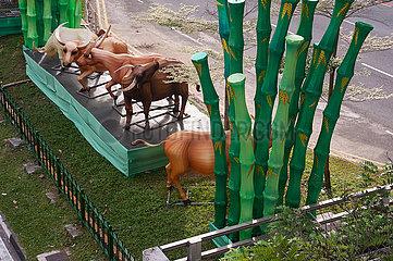 Singapur  Republik Singapur  Tierfiguren als Strassendekoration in Chinatown mit chinesischen Tierkreiszeichen des Ochsen