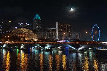 Singapur  Republik Singapur  Blick ueber Marina Bay auf die Innenstadt mit dem Singapore Flyer Riesenrad