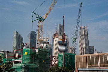Singapur  Republik Singapur  Baukraene auf einer Baustelle in Marina Bay inmitten der Corona-Pandemie