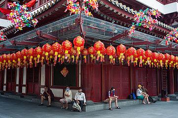 Singapur  Republik Singapur  Menschen vor dem Buddha Tooth Relic Temple in Chinatown waehrend der Corona-Pandemie