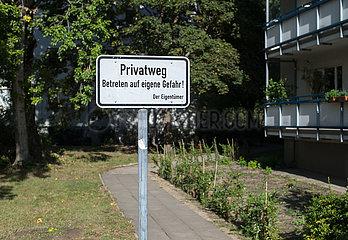 Berlin  Deutschland - Hinweisschild Privatweg