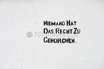 Berlin  Deutschland - Zitat ueber das Gehorchen von Hannah Arendt auf einer Hauswand