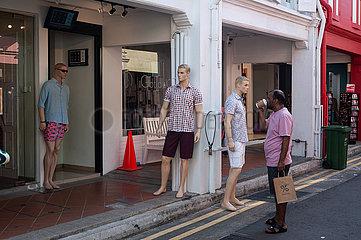 Singapur  Republik Singapur  Strassenszene mit Schaufensterpuppen auf der Haji Lane im Muslimischen Viertel Kampong Glam
