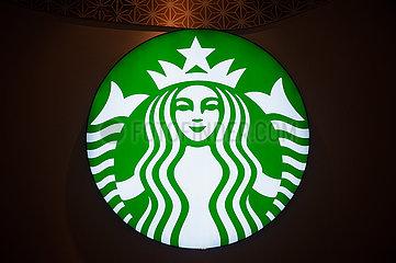Singapur  Republik Singapur  Beleuchtetes Firmenschild mit Logo eines Starbucks Cafes