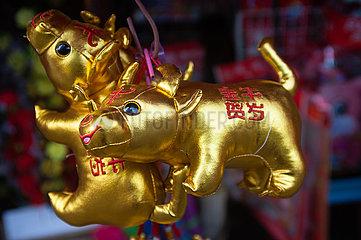 Singapur  Republik Singapur  Geschaeft in Chinatown verkauft Plueschtiere die im chinesischen Tierkreiszeichen des Ochsen stehen