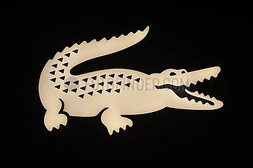 Singapur  Republik Singapur  Beleuchtetes Firmen-Logo der Markenikone Lacoste mit dem Krokodil