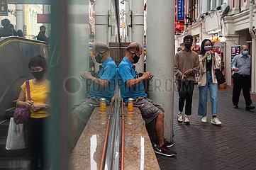 Singapur  Republik Singapur  Menschen mit Mundschutz in Chinatown waehrend der Corona-Pandemie