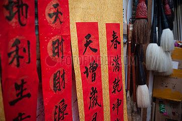 Singapur  Republik Singapur  Kalligraphie und chinesische Schriftzeichen zum Neujahrsfest auf einem Basar in Chinatown