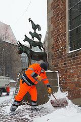 Deutschland  Bremen - Die staedtische Bremer Stadtreinigung beim Winterdienst  im Bild die Bremer Stadtmusikanten
