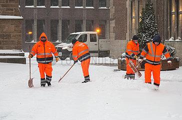 Deutschland  Bremen - Die staedtische Bremer Stadtreinigung beim Winterdienst im Stadtzentrum
