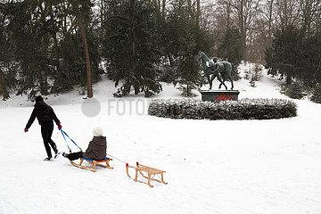 Deutschland  Bremen - Kinder mit Schlitten in einer Parkanlage