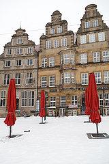 Deutschland  Bremen - Patrizierhaeusser am verschneiten Marktplatz  Schirme von geschlossener Gastronomie