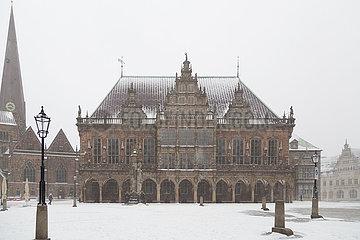 Deutschland  Bremen - Rathaus am Marktplatz im Schneefall. Das Rathaus ist Sitz des Buergermeisters  davor der Roland