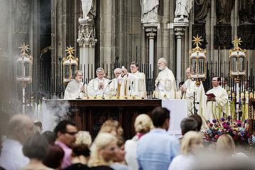 Fronleichnam  Prozession in Köln  Kardinal Woelki hält Messe auf Roncalliplatz vor dem Dom