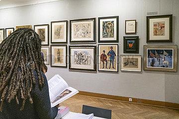 Besucherin + Kunstwerke