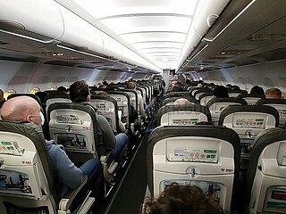 Flugpassagiere waehrend der Coronakrise