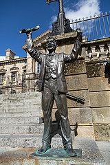 Grossbritannien  Nordirland  Belfast - Die Skulptur The Speaker von Gareth Knowles vor dem Customs House in der City
