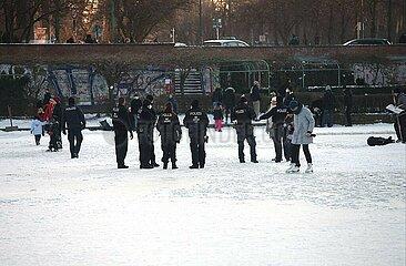 Polizei vescheucht Leute vom Eis