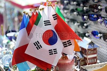 Hong Kong  China  Nationalfahnen in einen Souveniergeschaeft. Vorn die Flagge Suedkoreas