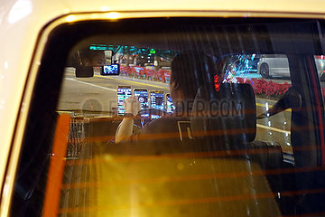 Hong Kong  China  Taxifahrer mit diversen smartfones zur Navigation und fuer Kontakt zur Zentrale.