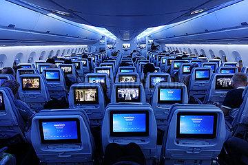Helsinki  Finnland  Menschen in einer Flugzeugkabine der Finnair